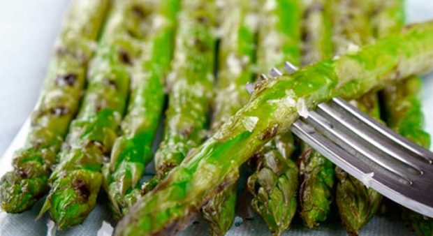 BBQ - grilled asparagus on a plate